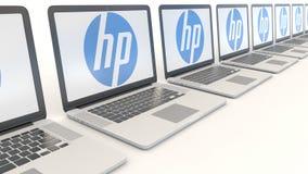 Ordenadores portátiles modernos con HP Inc LOGOTIPO Clip conceptual del editorial 4K de la informática, lazo inconsútil metrajes