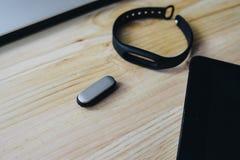 Ordenadores portátiles, tabletas, perseguidor de los fitnes y teléfonos móviles fotos de archivo