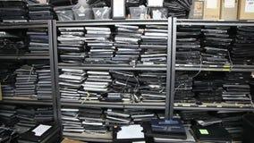 Ordenadores portátiles viejos de par en par almacen de metraje de vídeo