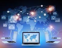 Ordenadores portátiles y mapa del mundo con los puntos de conexión adentro Imágenes de archivo libres de regalías
