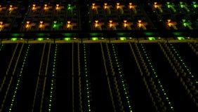 Ordenadores y servidores en datacenter Servicios del almacenamiento y de la nube de datos foto de archivo