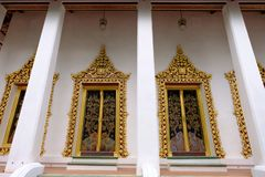 Ordeningszaal met gouden vensters van Koninklijke tempel in Nonthaburi royalty-vrije stock afbeelding