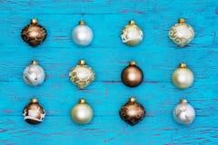 Ordentliche Reihe metallische Weihnachtsbaumschmucke Stockfoto