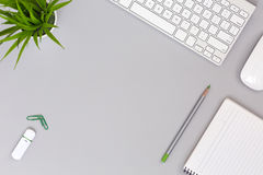 Ordentlicher Arbeitsplatz auf grauen Tabellen-Geschäfts-und Lebensstil-Einzelteilen Lizenzfreie Stockbilder