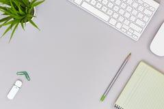 Ordentlicher Arbeitsplatz auf grauen Tabellen-Geschäfts-und Lebensstil-Einzelteilen Stockfotos