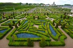 Ordentlicher Garten an einem französischen Chateau Lizenzfreies Stockbild