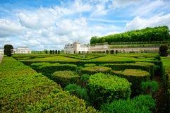 Ordentlicher Garten an einem französischen Chateau Lizenzfreie Stockfotos