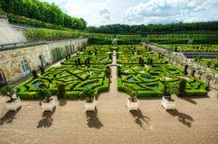 Ordentlicher Garten an einem französischen Chateau Stockfotos