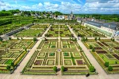 Ordentlicher Garten an einem französischen Chateau Stockbilder