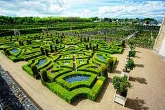Ordentlicher Garten an einem französischen Chateau Lizenzfreies Stockfoto