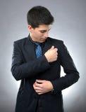 Ordentlicher Geschäftsmann, der seinen Anzug säubert stockbild