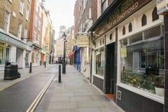 Ordentlicher und sauberer Bürgersteig mit Weinleseshop morgens in Shoreditch London Stockbilder