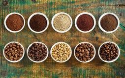 Ordentliches Stillleben des sortierten Kaffees und der Bohnen stockfotografie