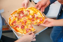 The ordered pizza in a close-up box is very appetizing Royalty Free Stock Photos