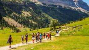 ORDESA/SPAIN; Caminantes AUGUST/14/2018 que caminan a través del valle del parque nacional de Ordesa en un día soleado foto de archivo