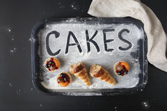 Ordet BAKAR IHOP på mjölet, samman med små kakor fotografering för bildbyråer