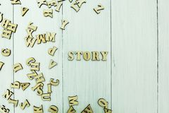 Ordet ?ber?ttelse ?p? en vit bakgrund, spridda tr?bokst?ver stock illustrationer