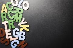 Ordet FÄRG på kulöra räknare i skarp fokus mot gråa suddiga bokstäver Fotografering för Bildbyråer