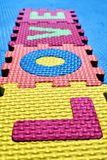 Ordet FÖRÄLSKELSE som är skriftlig med färgrika barns pussel med bokstäver royaltyfri foto