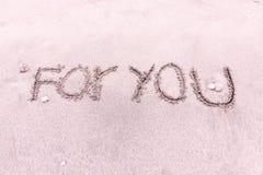 Ordet FÖR DIG på stranden nära havet royaltyfria foton