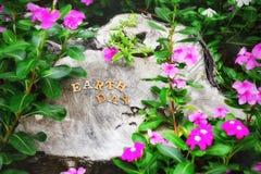 Ordet för jorddagen på journalbakgrund, hjälper att skydda vår trädidé Royaltyfria Foton