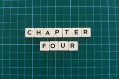 Ordet för kapitel fyra gjorde av fyrkantigt bokstavsord på grön fyrkantig matt bakgrund royaltyfria bilder