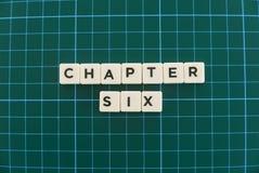 Ordet för kapitel sex gjorde av fyrkantigt bokstavsord på grön fyrkantig matt bakgrund royaltyfria foton