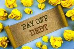 Ordet handstil, text betalar av skuld Affärsidéen för påminnelse till att betala varit skyldig lån för finansiell kreditering fak Royaltyfri Fotografi