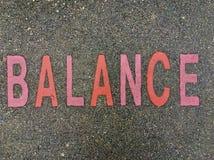 Ordet JÄMVIKT på golvet i ungar parkerar Royaltyfri Bild