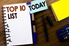 Ordet som skriver affärsidéen för tio lista för framgång tio, listar topp 10 skriftligt på bokanmärkningspapper på träbakgrunden  Arkivfoton