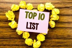 Ordet som skriver affärsidéen för tio lista för framgång tio, listar topp 10 skriftligt på klibbigt anmärkningspapper på träbakgr Arkivfoto
