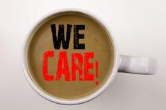 Ordet som skriver att bry sig vi, text i kaffe i kopp Affärsidé för karriärhjälpHelpline på vit bakgrund med kopieringsutrymme royaltyfria foton