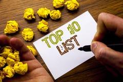 Ordet som skriver begreppet för tio lista för framgång tio, listar topp 10 skriftligt på anteckningsbokanmärkningspapper på träba Fotografering för Bildbyråer