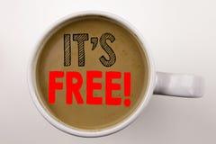 Ordet som skriver det ` s här, smsar i kaffe i kopp Affärsidé för fri saker på vit bakgrund med kopieringsutrymme Svart text w royaltyfri bild