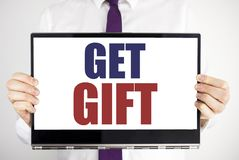 Ordet som skriver får gåvan Affärsidé för den fria Shoping kupongen som är skriftlig på minnestavlabärbar datorinnehav vid den su Royaltyfria Bilder