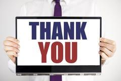 Ordet som skriver tackar dig Affärsidéen för tacksamhet tackar skriftligt på minnestavlabärbar datorinnehav vid den suddiga bakgr Arkivbild