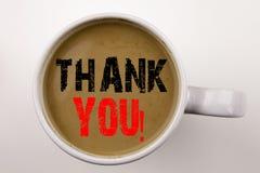Ordet som skriver tackar dig att smsa i kaffe i kopp Affärsidéen för att ge tacksamhet uppskattar meddelandet på vit bakgrund med arkivbild