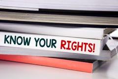Ordet som skriver vet dina rätter Affärsidé för rättvisa Education som är skriftlig på boken på den vita bakgrunden fotografering för bildbyråer