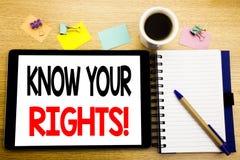 Ordet som skriver vet dina rätter Affärsidé för rättvisa Education Written på minnestavlabärbara datorn, träbakgrund med klibbigt royaltyfri fotografi