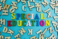 Ordet 'specialundervisning 'läggas ut från mångfärgade bokstäver på en blå bakgrund royaltyfri foto