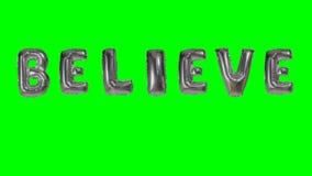 Ordet tror från helium försilvrar ballongbokstäver som svävar på den gröna skärmen - stock video