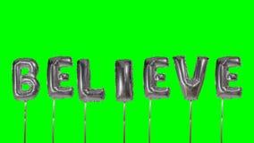 Ordet tror från helium försilvrar ballongbokstäver som svävar på den gröna skärmen - arkivfilmer