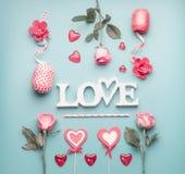 Ordförälskelse med rosor, hjärtor och garneringband på pastellfärgad blå bakgrund, bästa sikt Valentindag eller abstrakt förälske royaltyfri bild