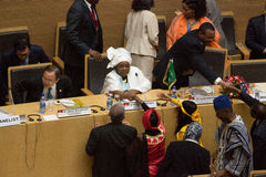 Ordförande av AUC som skakar händer med kommissionärerna Arkivbilder
