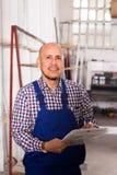 Ordförande som kontrollerar produktion på fabriken royaltyfri foto