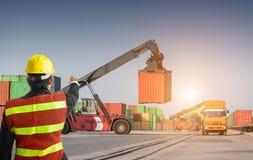 Ordförandekontrollgaffeltruck som laddar upp lastbilen Royaltyfri Foto