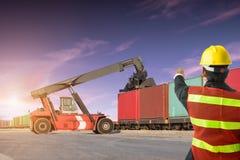 Ordförandekontrollgaffeltruck som laddar upp lastbilen Arkivbilder