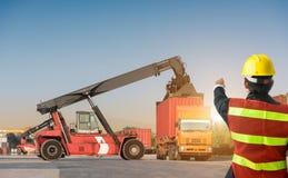 Ordförandekontrollgaffeltruck som laddar upp lastbilen Royaltyfri Bild