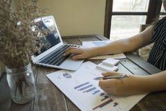 Ordföranden av företaget reviderar för närvarande företagets bokföringsunderlag för att förbereda ett plan för att utvidga dess a arkivbild
