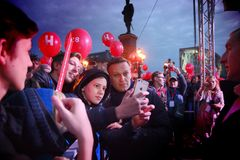 Ordföranden av `-partiet av framsteg` Alexei Navalny talar på en samla i Ryssland Royaltyfria Bilder